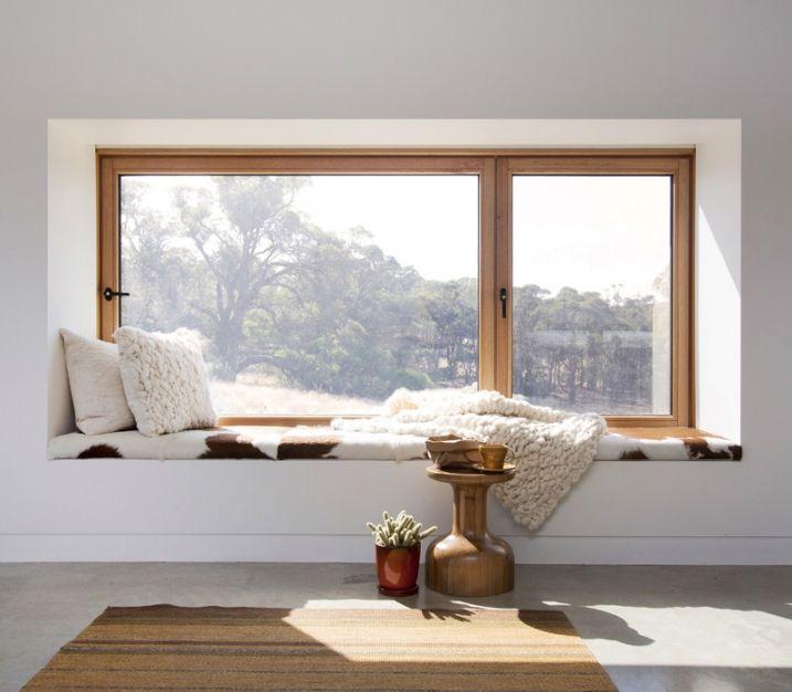 Découvrez 10 exemples qui vous permettront de créer et d'aménager au mieux une banquette cosy avec des coussins sur le rebord intérieur d'une fenêtre.