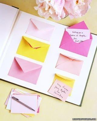 Haz que los invitados escriban sus palabras de sabiduría en tarjetas o pedazos de papel y guárdalos en sobres o en un cuaderno para la futura mamá. Esta bloguera tuvo la idea de adaptar el álbum de fotos de la boda de Martha Stewart para este propósito.