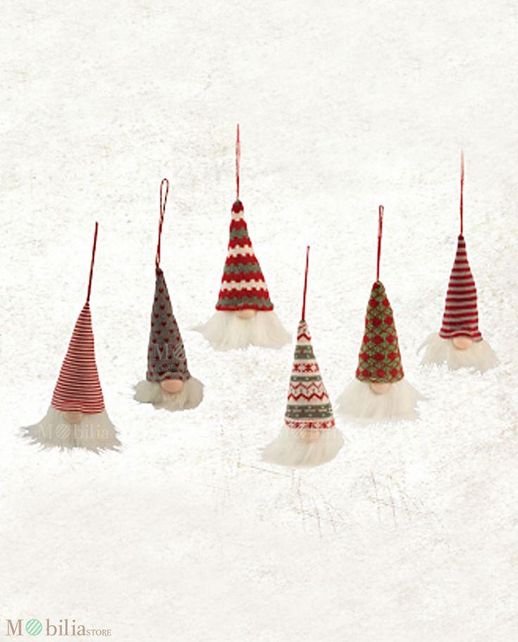 Set 6 Appendini Gnomi, in diversi colori, ideali come accessorio decorativo da mettere nella cameretta dei tuoi bambini, come decori per l'albero di natale o come originali segnaposto. Novità su Mobilia Store.