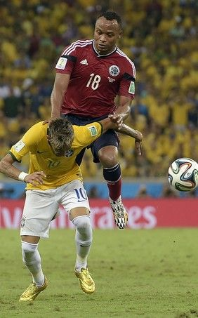Fratura vertebral de Neymar foi intencional