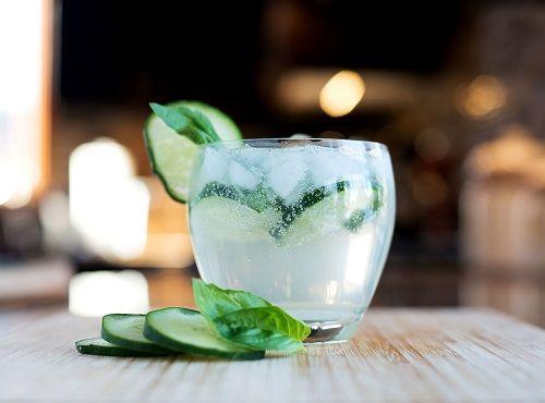 Γεμίζουμε δύο χαμηλά ποτήρια με πάγο και συνδυάζουμε το Gin με τη σόδα και τις…