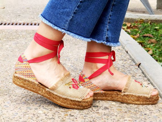 Sandalias plataforma de tejido de yute y talonera multicolor.