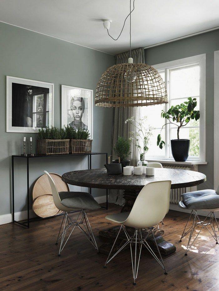 столовая с старой и новой мебели для смешивания объявлений серой стены