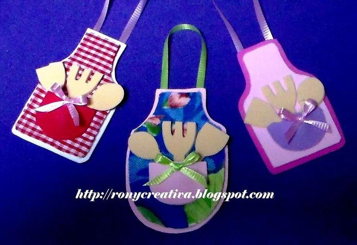 Con restos de tela y de goma eva podemos elaborar estos graciosos imanes para la cocina. ¿Qué os parecen?