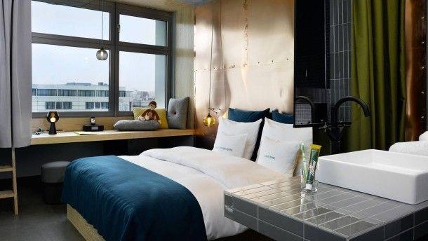 Becken und Bett: Vom Waschtisch bis unter die Daunendecke ist es im Berliner 25hours Hotel nicht weit.