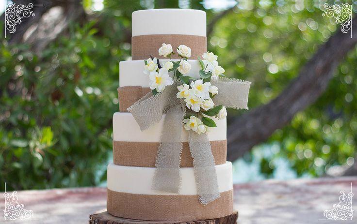 Pastel de fondant para una boda estilo mexicano con bizcocho sabor maracuyá y relleno de crema de maracuyá. Adornos de  tela de yute