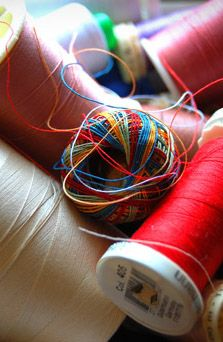 Tame your tangled thread with these storage tips. Keep thread tails tucked away by using the thread keeper on the spool, or using a product like Amazing Tape or Glad Press'n Seal. Thread organizers can also help keep your thread free from tangles.