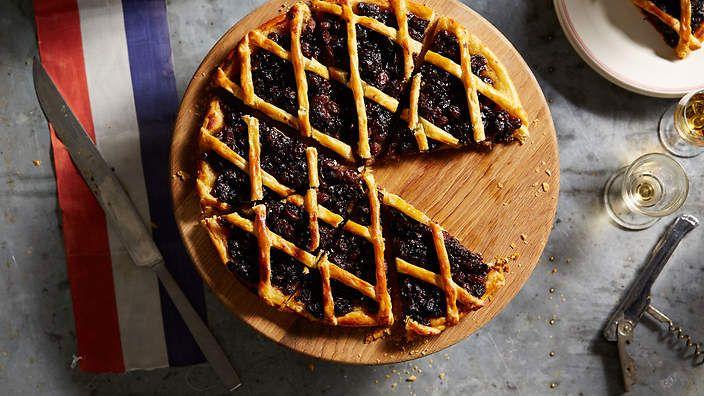 Gabriel Gaté's prune and raisin tart (tarte aux pruneaux et raisins secs). Watch the video recipe.
