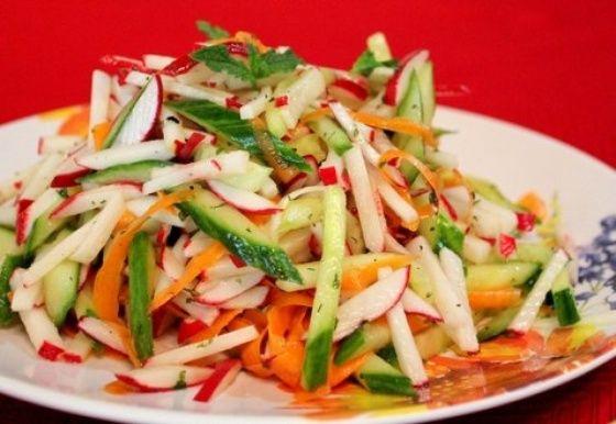 Салат с редиской, огурцами и морковкой