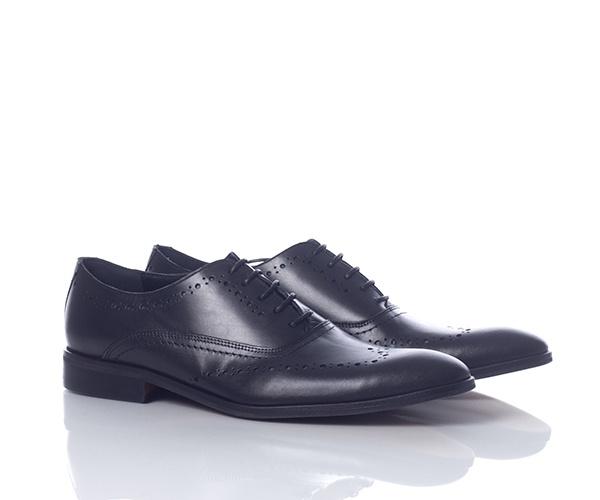 Pantofi eleganti din piele naturala de culoare neagra, captusiti la interior cu piele naturala. Au model cu perforatii in stil brogue. Pielea foarte fina folosita la interior lasa piciorul sa respire, iar talpa este fabricata dintr-un material suficient de flexibil incat sa dea o senzatie placuta la purtare.