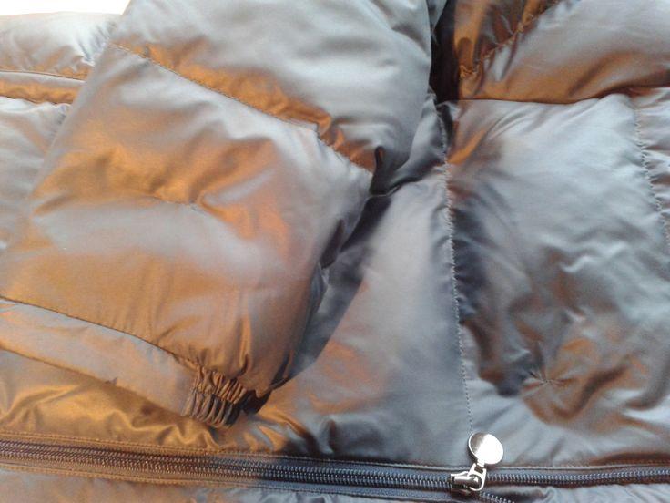 Reparatie voorpand winterjas, stukje naast de rits.