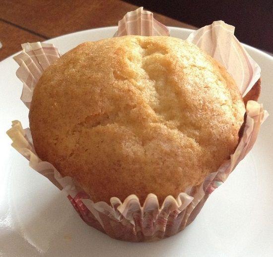 Brioșe aurii cu vanilie     Ingrediente:  1 cană lapte de soia sau de orez  1 linguriță oțet de mere  125 căni făină  2 linguri amidon  3/4 linguriță bicarbonat  1/2 linguriță praf de copt  1/2 linguriță sare  1/3 cană ulei  3/4 cană zahăr  225 lingurițe esență de vanilie/rom/altă aromă dorită sau combinație de arome    Mod de preparare:   Se preîncălzește cuptorul la 175 grade C. Se combină laptele de soia cu oțetul și se lasă să stea 10-15 minute pentru ca laptele să se prindă complet. Se…