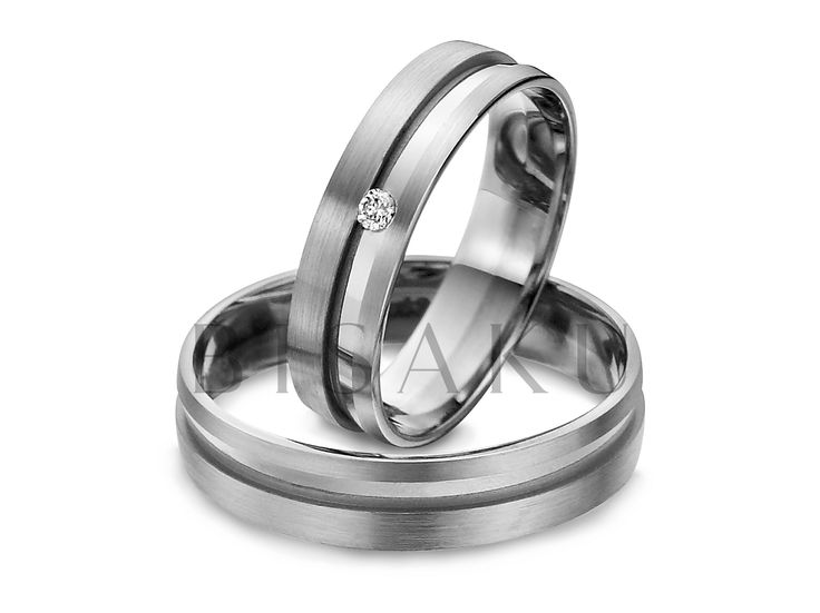 R142 Rovný tvar a výrazný prvek v podobě hlubší lesklé drážky, která tyto snubáky posouvá od jejich jemných kolegů k výrazným prstenům, které vás zaujmou svojí střídmostí. Nemusí být široké a hrubé, aby zaujaly milovníky tohoto stylu. V dámském prstenu je kamínek přesně vsazený do drážky. #bisaku #wedding #rings #engagement #svatba #snubni #prsteny #palladium