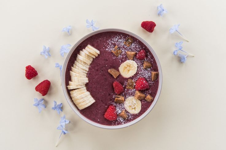 Erfrischende Smoothie-Schüssel mit Heidelbeer-Mandelmilch-Joghurt und gefrorenem Obst ✨ …