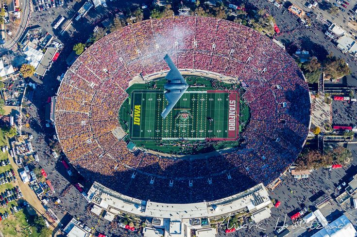 The Aviationist » Freaking awesome photo of the B-2 Stealth Bomber doing the Rose Bowl flyover