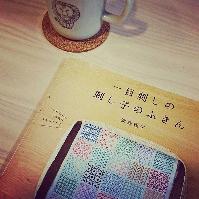 本屋さんはしごして、1冊だけ見つけたので、即買いました。どれも、かわいい!! まずは、さらしに線引きデビュー。#刺し子#一目刺しの刺し子のふきん#安蒜綾子さんの本#コースターつくりたい