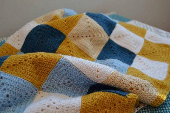 una calda coperta fatta a mano in lana colorata, colori unisex e moderni