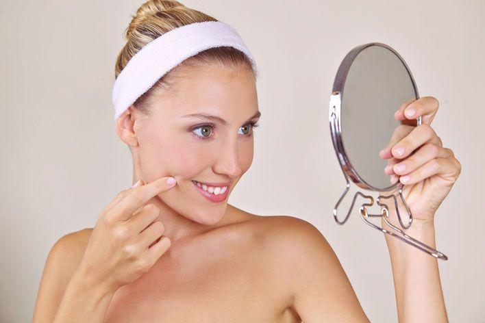 Sucha skóra twarzy jest przede wszystkim jasna, cienka i matowa, ze skłonnością do pękania i zmarszczek. Dodatkowo sucha skóra ma tendencję do szybszej utraty wilgoci, często towarzyszy jej uczucie ściągnięcia, szorstkości, a nawet łuszczenia, pieczenia czy swędzenia. Aby odpowiednio zadbać o cerę suchą, warto stosować odpowiednie do niej kosmetyki, najlepiej te naturalne.