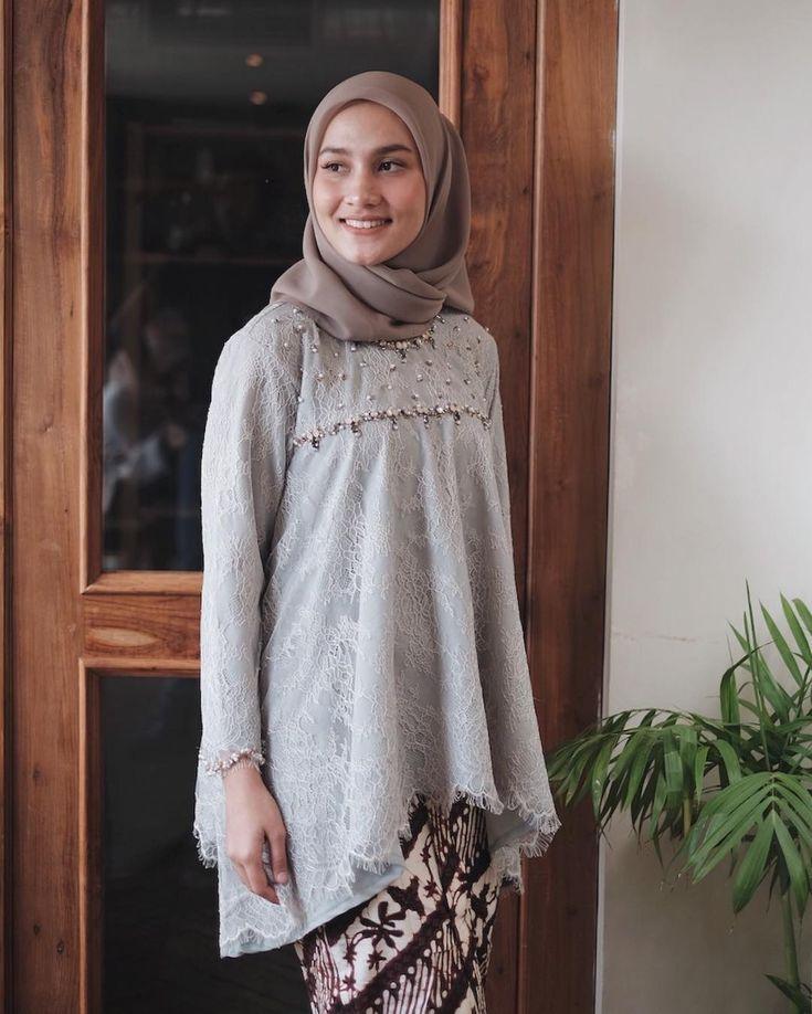 "15.6rb Suka, 39 Komentar - Dwi Handayani Syah Putri (@dwihandaanda) di Instagram: ""My current favorite kondangan outfit this beautiful lace dress with beautiful beads detail from…"""