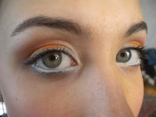 Ombretto bianco matt;  Ombretto essence arancione chiro;  Ombretto color mattone scuro;  Matitone blu shimmer;  Matita bianca essence