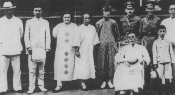 Стоят: М. М. Бородин (первый слева), его жена (третья слева), жена Чан Кайши (пятая слева), З. В. Галин (В. К. Блюхер), Чан Кайши