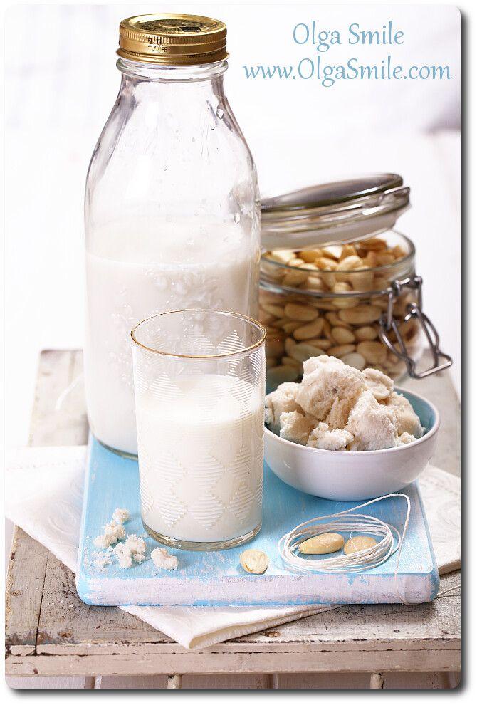 Jak zrobić mleko migdałowe?  • 1 szklanka migdałów blanszowanych • 3 szklanki wody mineralnej + 1 szklanka wody mineralnej • 3 łyżki syropu z agawy lub innego słodu