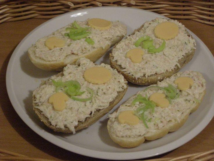 Celer, salám, sýr a okurky nastrouháme najemno, osolíme, opepříme a promícháme s majolkou.