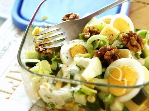 Appelsalade met ei, kaas, komkommer, mais en prei