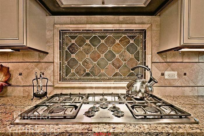 Кухонный фартук из керамической плитки чаще всего делают под натуральный камень, как на этом фото
