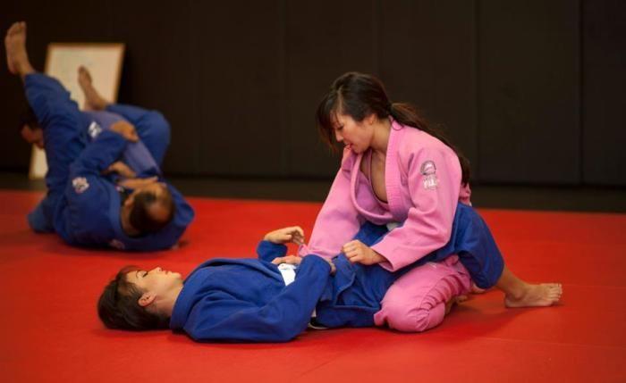 7 reasons why women should train Brazilian Jiu Jitsu and how it improves health
