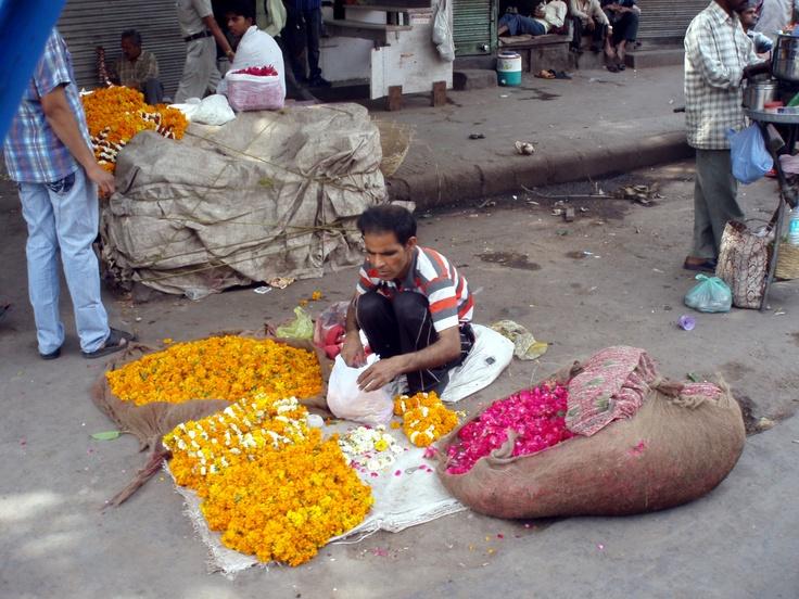 Marchand de fleurs à Delhi