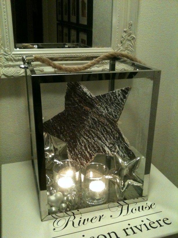 Kerstdecoratie met ster, ballen en kaarsjes