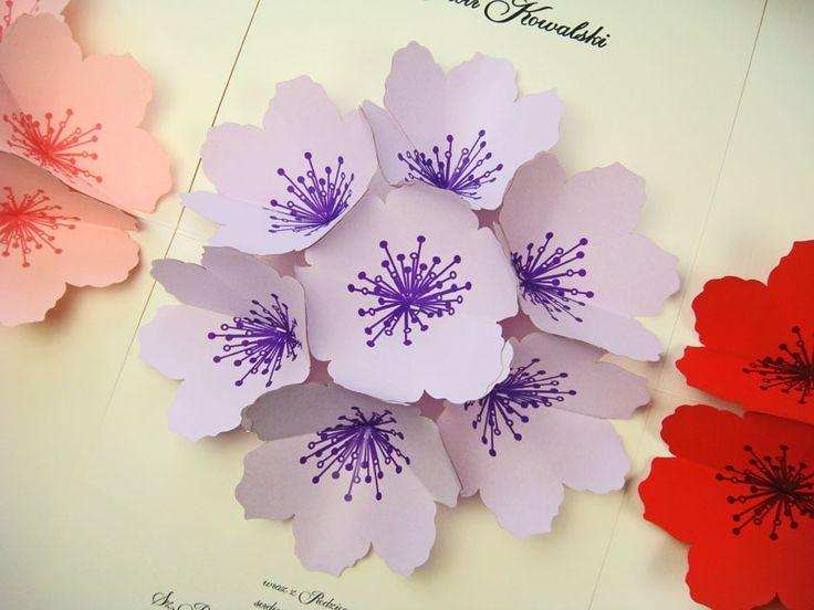 papierowy kwiat na zaproszeniu okolicznościowym