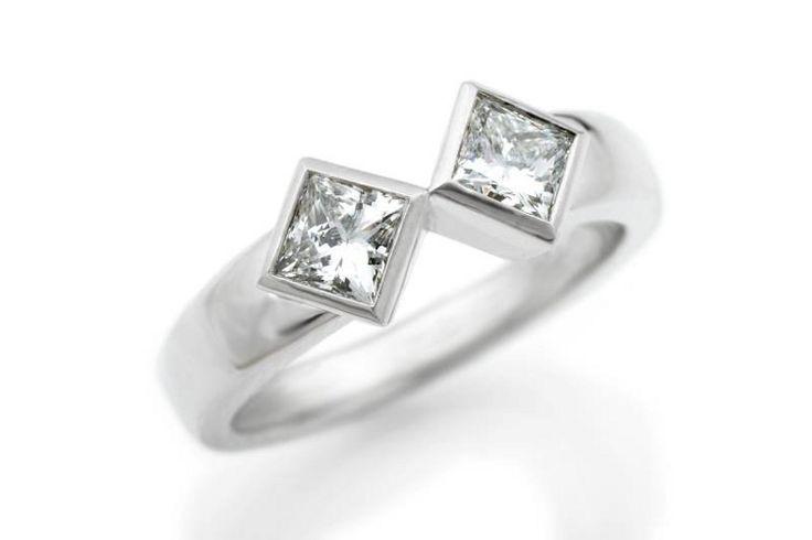 Moderni valkokultainen sormus kahdella n. 0.4 ct river/VS princess-timantilla