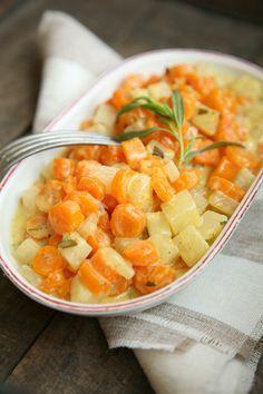 Möhren-Kohlrabi-Gemüse in Senf-Rahm Zutaten 1 mittelgroßer Kohlrabi, geputzt und in Würfel geschnitten 1 Bund Bundmöhren, geputzt und in Würfel geschnitten 1 EL Butter Prise Zucker 250 ml Gemüsebrühe 200 g Sahne 1 TL Senf 1 TL/1 EL Estragon, frisch und gehackt Spritzer Zitronensaft Ggf. Meersalz Schwarzer Pfeffer, frisch gemahlen