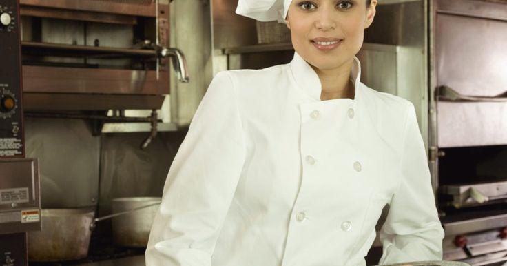 Cómo hacer un sombrero de chef usando papel desechable. Si a tus hijos les gusta cocinar, ayúdalos a hacer un sombrero de chef para usar en la cocina. Esta manualidad interesante es simple para los niños de todas las edades y se realiza con sólo unos pocos materiales de artesanía, como papel desechable. Tradicionalmente, los sombreros de chef son de color blanco, pero se puede optar por hacer estos ...