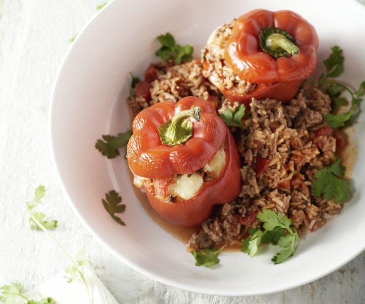 Le verdure ripiene ci piacciono tantissimo. Questa volta abbiamo scelto i peperoni ripieni con macinato di manzo e riso integrale al forno. Un piatto non solo nutriente, ma anche ideale per far mangiare le verdure ai bambini. Buon appetito!