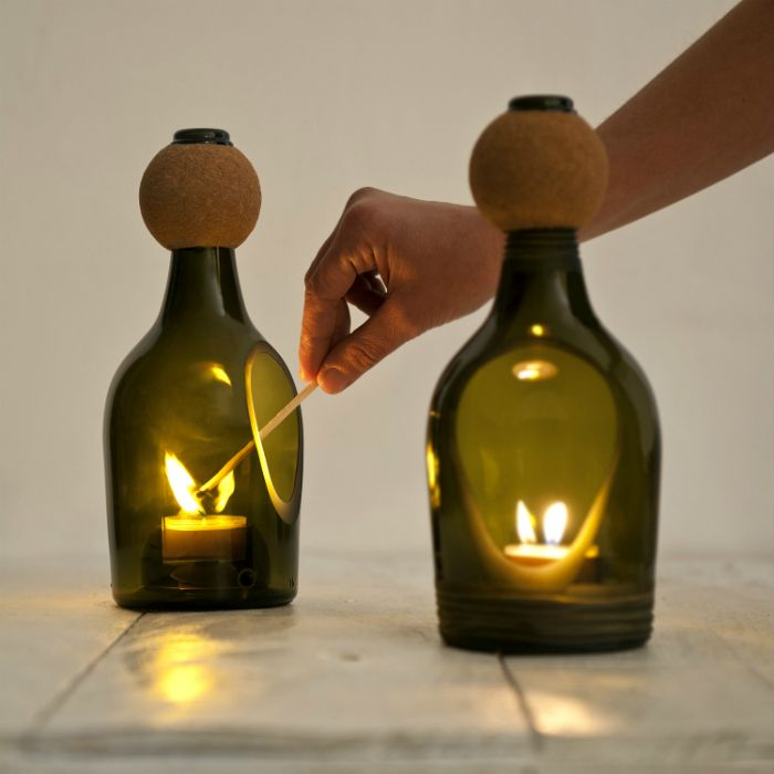 Идеи превращения винных бутылок в стильные и функциональные: Лампа на одну свечу. Стильный подсвечник из небольшой винной бутылки с маленьким разрезом в виде капли.