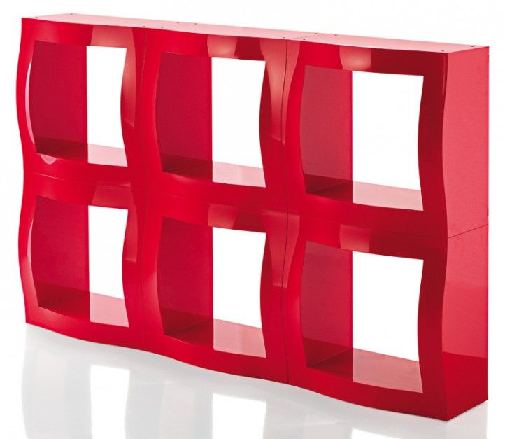 Boogie Woogie - proj. Stefano Giovanonni, system półek z błyszczącego ABS, dostępne w 3 kolorach moduły można łączyć tworząc ścianki; moduł: 52x52 cm. Cena: ok. 702 zł (moduł), Magis/Fabryka Form.