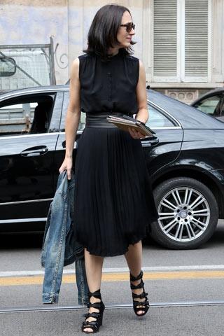 Abito e accessori tutti di nero, giubbotto di jeans per spezzare il look monocromatico.