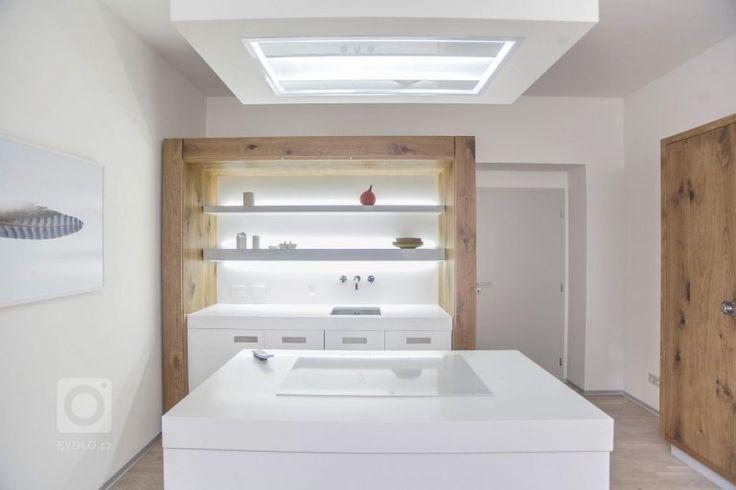 Netradiční řešení skříňové kuchyně. Stroze bílá kuchyň je zasazena do rustikální dubové skříně. Hlavní část kuchyně doplňuje potravinová skříň a ostrůvek s…