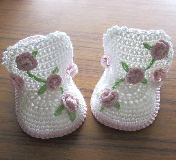 Deze schattige kleine laarzen zullen een grote toevoeging aan de garderobe van elke baby meisje. Gemaakt met een mix katoen & acryl garen. Ingericht met kleine haak rozen en geborduurde bladeren.  Let op die deze laarsjes zijn gemaakt op bestelling. Gelieve aan te geven van de vereiste in het bericht aan de verkoper bij de aankoop van grootte. Als een grootte wordt niet aangeduid, zal grootte 3 maanden worden verscheept.  0 maanden - 3(7,5 cm) 3 maanden - 3,5-inch (9 cm) 6 maanden - 4.0(10…
