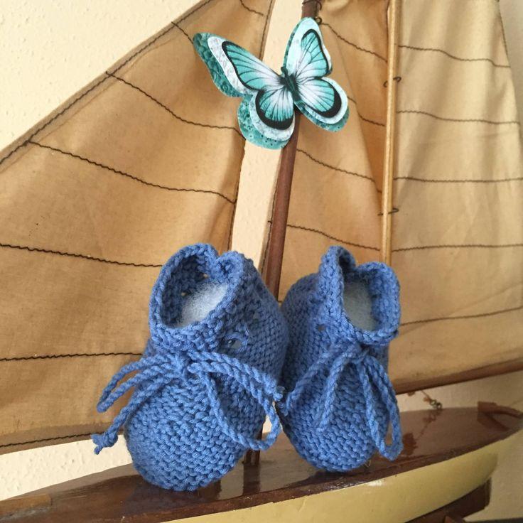 Sencillo patron de patucos de bebe que tendrás listo en un par de horas, se pueden hacer a conjunto con el patrón de conjunto ancla.