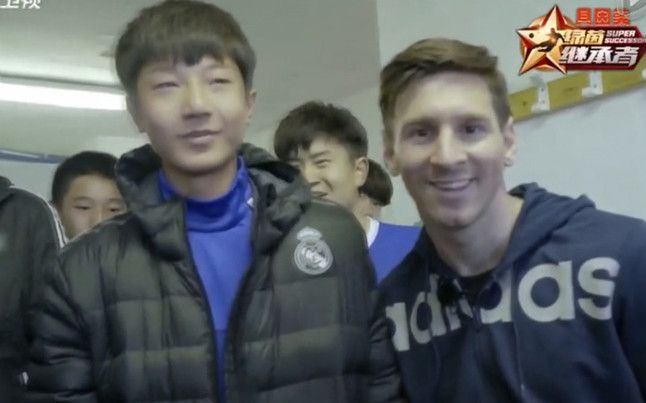 Chinese lad with a Real Madrid jacket was incredibly embarrassed to meet Leo Messi (Video)