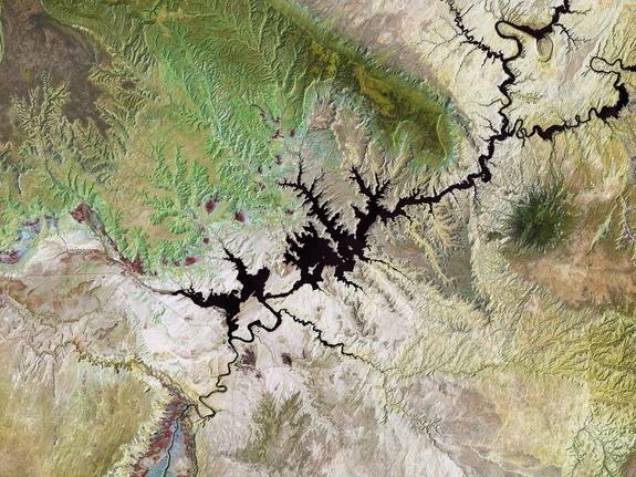 Neste wallpaper do espaço, uma imagem Landsat de 19 de julho de 2011 mostra o Lago Powell, um reservatório no rio Colorado, no sudoeste dos Estados Unidos. Ocupando a fronteira dos estados do Utah (ao norte) e Arizona (ao sul), é o segundo maior lago artificial do país.