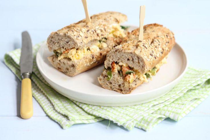 Sandwich met roerei, feta, prei en cherrytomaatjes (1 persoon): 2 broodjes - 2 eieren - 1/2 prei - 5 cherrytomaatjes - 1 theelepel dille - 50 gr feta - scheut melk - snufje peper en zout
