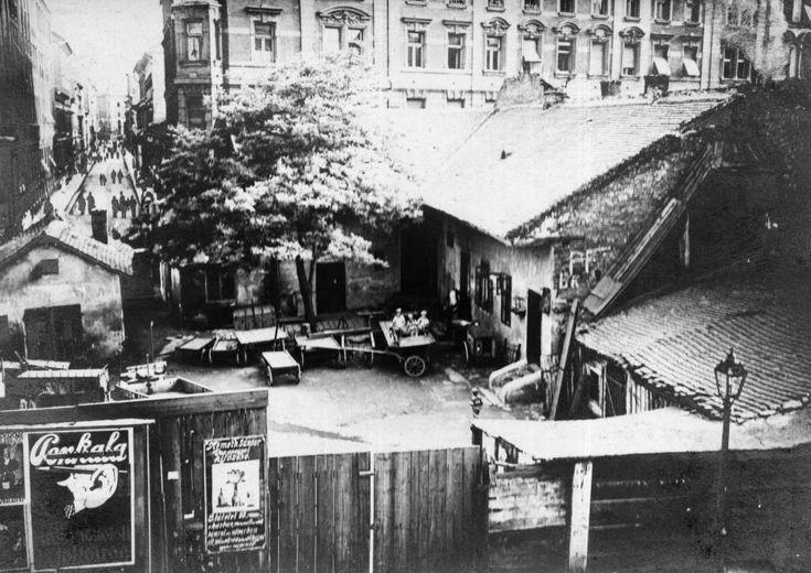 az előtérben lévő telek helyén épült később a Gutenberg tér 2., mögötte a Bródy Sándor (Sándor) utca 27 sz. látszik, ettől balra a Mária utca. A felvétel a Kőfaragó utcából készült
