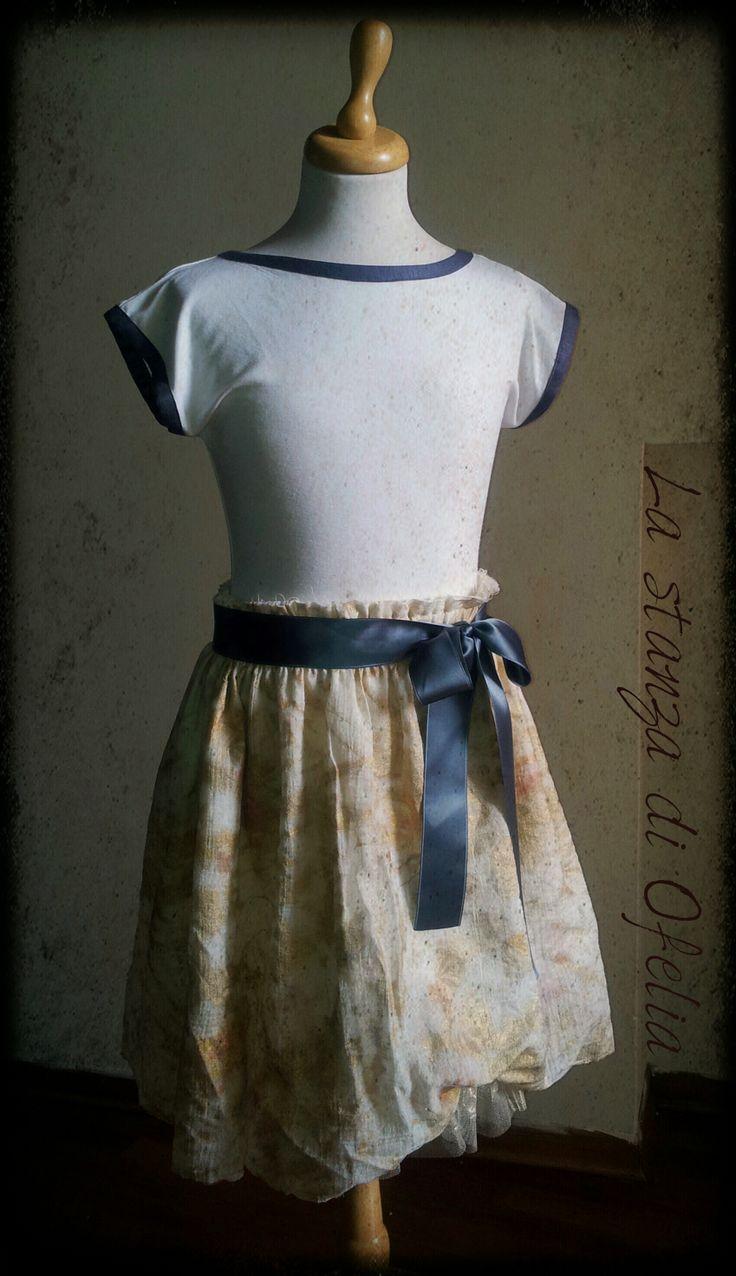 Gonna in velo di cotone, stampa oro, e sottogonna in tulle dorato. Maglietta manica kimono. Realizzato a mano a Forlì (Italia).