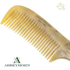 Abbeyhorn - Grand Peigne démêloir en corne véritable avec manche (19 cm) Peigne à dents larges pour un démêlage tout en douceur ! Allié idéal des cheveux longs ou épais. Sa finition soignée en fait un objet d'exception. Fondée en 1749, Abbeyhorn fabrique des objets en corne de grande qualité depuis plus de 250 ans. Fait main et poli main en Angleterre. 36€ #peigne #demelage #corne #naturelle #cheveux #beauté #soincheveux #abbeyhorn #luxe www.officina-paris.fr