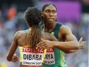 Caster Semenya (r.) siegte 2009 an den Leichtathletik-WM im 800-Meter-Lauf. Damals wusste sie noch nichts von ihrer Erbkrankheit 5-ARD. (Bild: Reuters)
